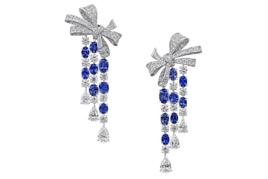 Baselworld 2018 - Graff Diamonds - Bow Collection – Orecchini in parure con diamanti (12.89 cts) e zaffiri per un totale di 12.56 cts.