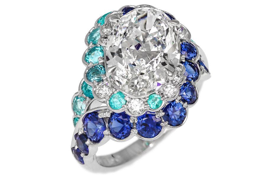 David Morris – Anello Maelstrom in oro bianco, con un diamante bianco E/VS1 ovale di 4.01 cts certificato GIA , brillanti 0,28 cts, tormaline paraiba (totale 1,33 cts) e zaffiri blu (totale 1,69 cts).