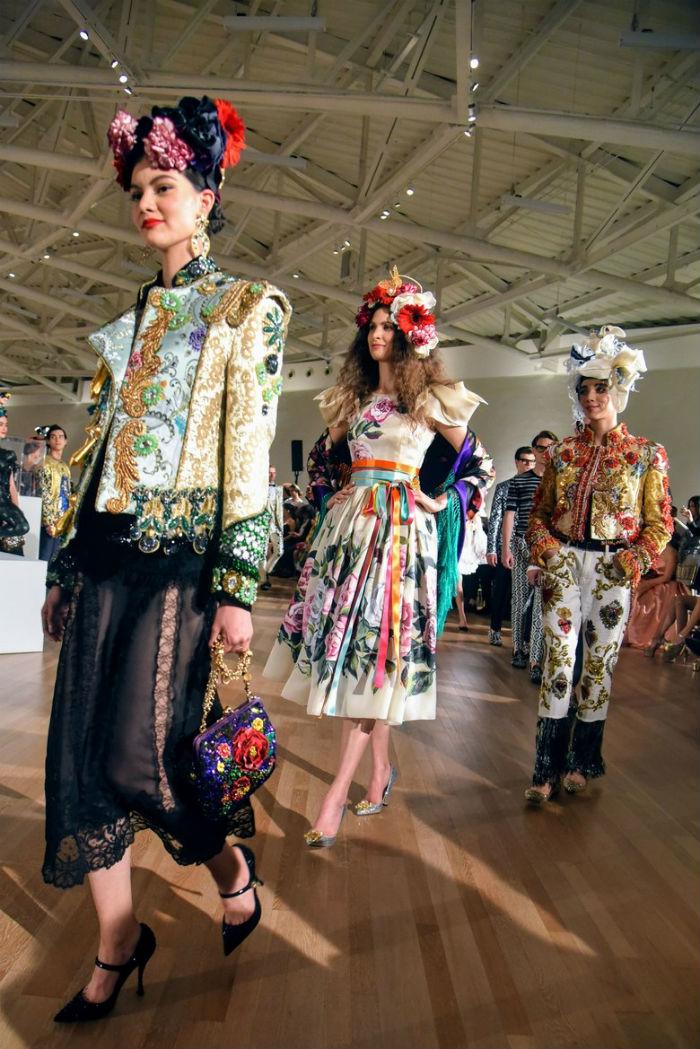 Dolce&Gabbana Alta Moda e Alta Sartorialità. Credits Luke Leitch: modelle durante la sfilata