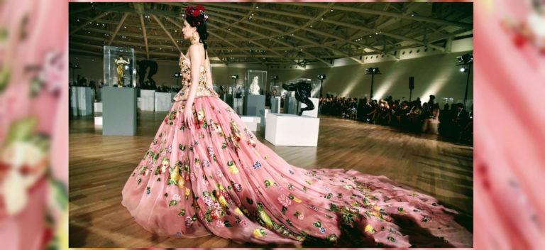 Dolce&Gabbana Alta Moda e Alta Sartorialità. Credits Luke Leitch: modella con abito lungo e vaporoso a fiori