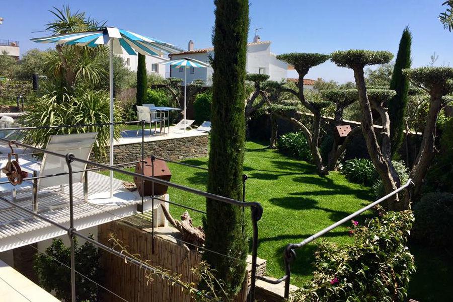 L'Hotel Calma Blanca, Cadaqués - Spagna: giardino dell'hotel