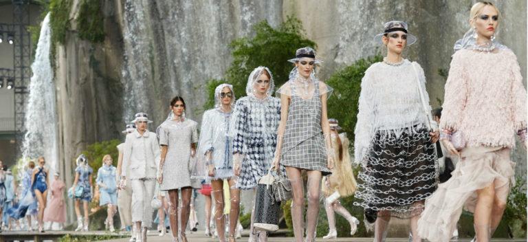 Impermeabile Chanel see through: passerella con modelle durante una sfilata