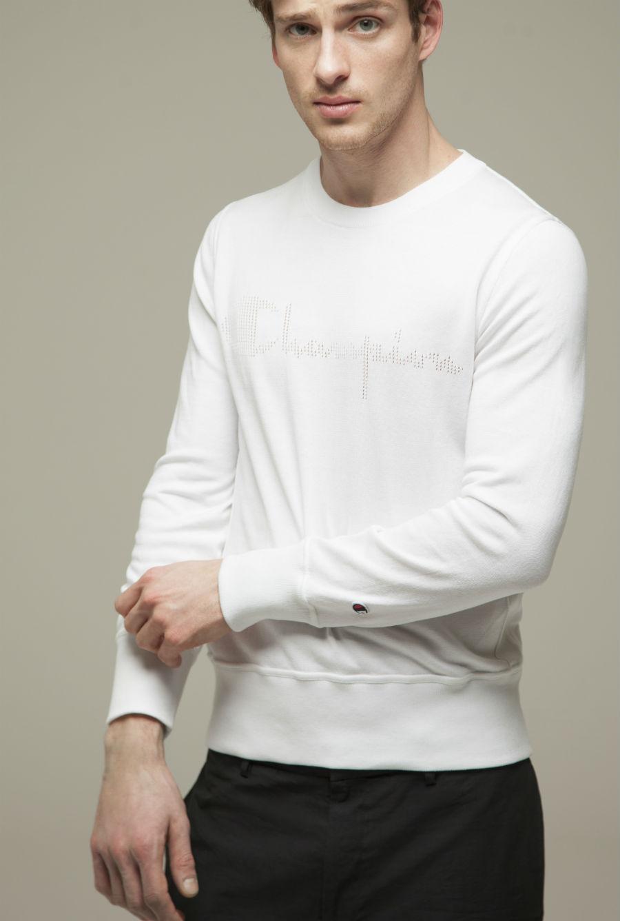 Modello indossa abbigliamento Paolo Pecora in collabvorazione con Champion SS2018