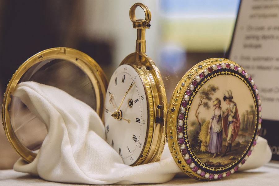 Jaquet Droz: Un orologio da tasca in oro e smalto con automa erotico nascosto lato fondello e secondi centrali. Prodotto per il mercato cinese nel 1790 è uno dei pezzi forti dell'esposizione.