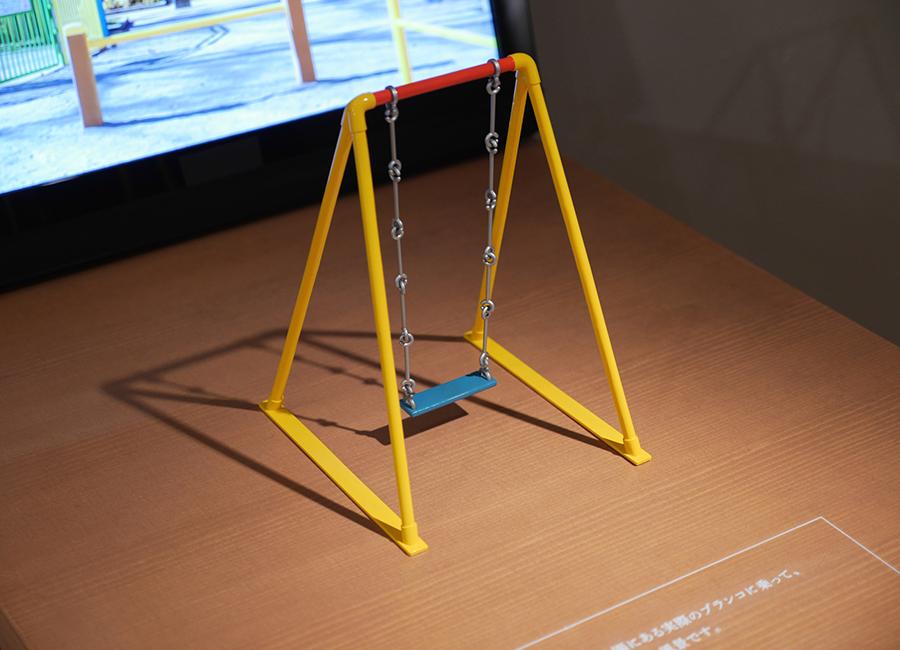 Installazione altalena di Masahiko Sato