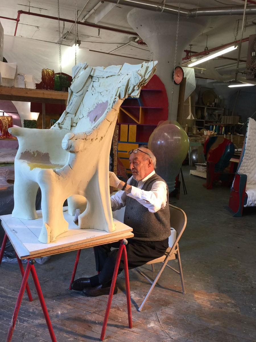 Il Maestro Gaetano Pesce colto in un istante di lavoro durante la creazione della Sedia Portaritratti.