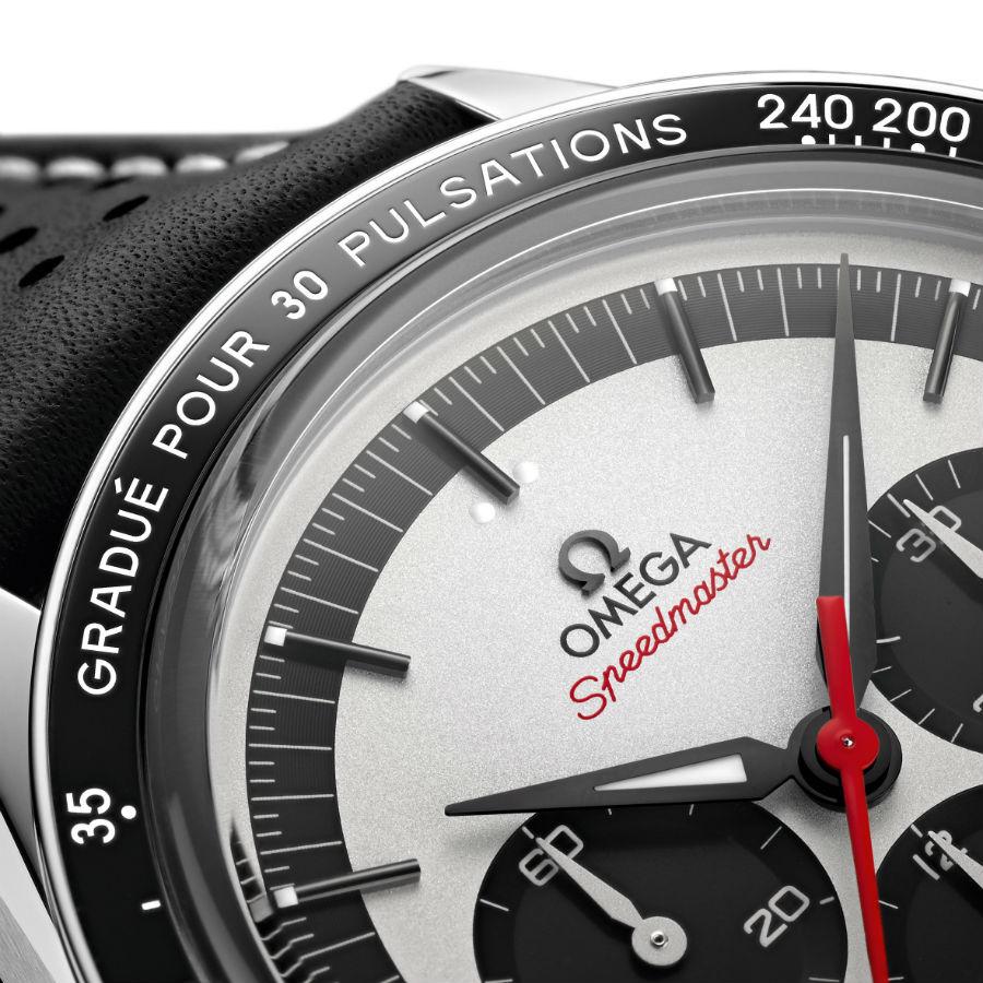 Omega Speedmaster CK2998: Un dettaglio che mette in evidenza la finitura argentata e sabbiata del quadrante, gli indici applicati, le lancette Alpha e la lunetta in ceramica lucida nera con scala pulsometrica Base 30.