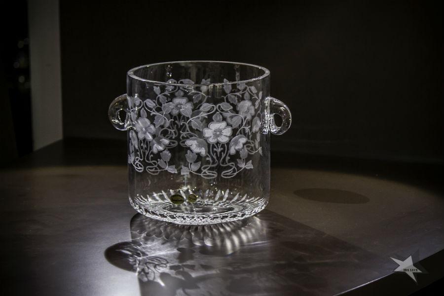 Secchiello porta bottiglia di champagne in cristallo soffiato a bocca, molatura sul fondo e incisione floreale in stile art dèco a cura di Vanessa Cavallaro. Immagine © Ida Luce
