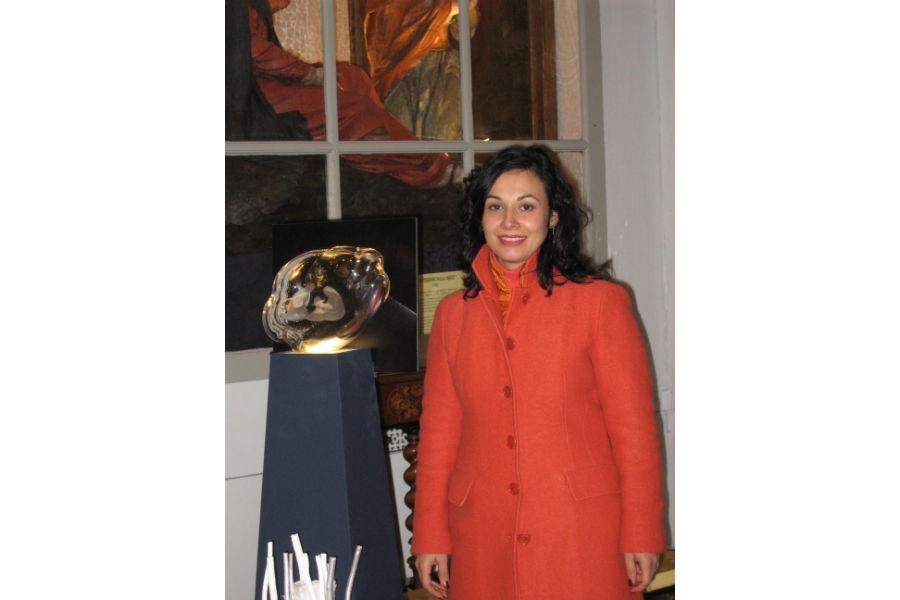 """Vanessa Cavallaro durante la presentazione della sua """"Nuvola"""" di cristallo soffiato a bocca, presso l'oratorio Nostra Signora del Castello a Savona. L'incisione sull'opera, realizzata in 100 esemplari per i Lions Host Savona nel dicembre 2018, rappresenta la Sacra Famiglia."""