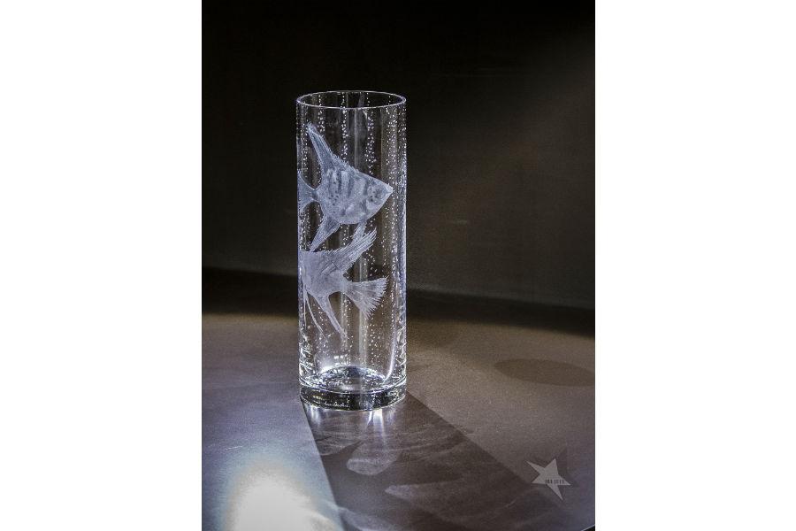 Vaso cilindrico (h 30cm) in cristallo soffiato a bocca, con incisi pesci scalari e bollicine a cura di Vanessa Cavallato © Ida Luce