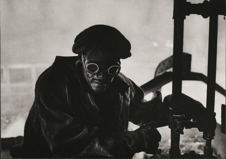 W. Eugene Smith - un'immagine del fotografo ritrae un forgiatore al lavoro