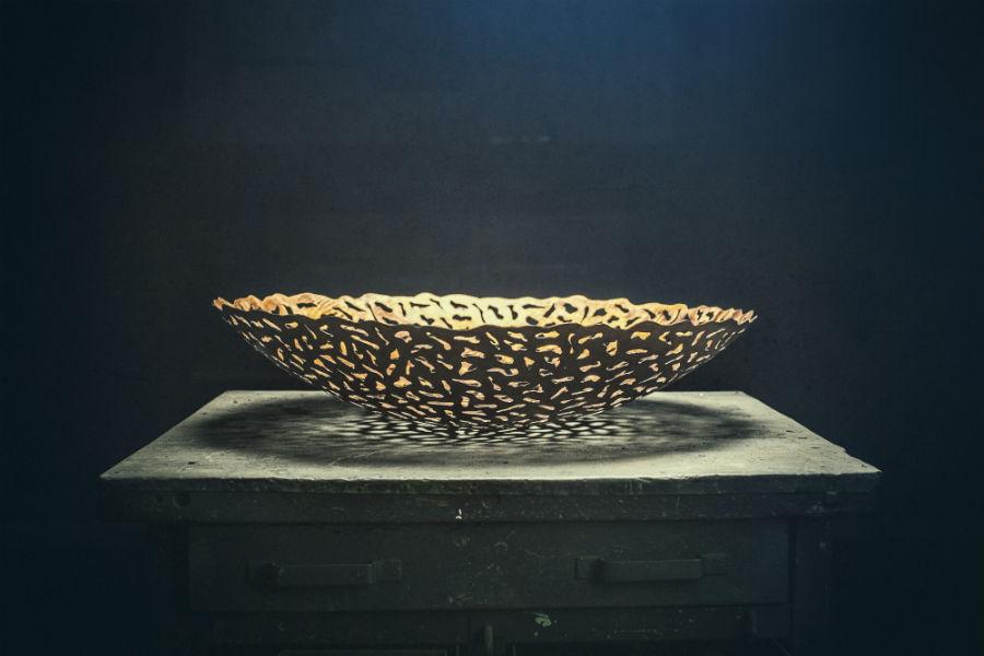 """""""Bakau"""" di Bam-Design: una foglia erosa dal tempo. Dall'incontro tra BAM e la designer giapponese Masayo Ave, nasce questo centrotavola, dalle linee leggere, in lamiera interamente traforata a mano."""