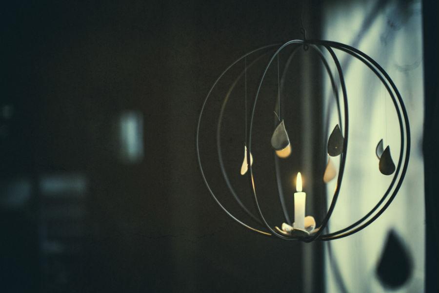 """""""Primavera"""", lanterna dalle forme sottili e sinuose, in metallo e ceramica, creata in collaborazione con l'artista francese Sandrine Lescaroux per Bam-Design."""