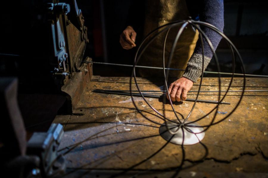 Dettaglio delle mani sapienti di Vittorio Bruno di Bam-Design mentre prepara le parti che andranno a comporre una lanterna
