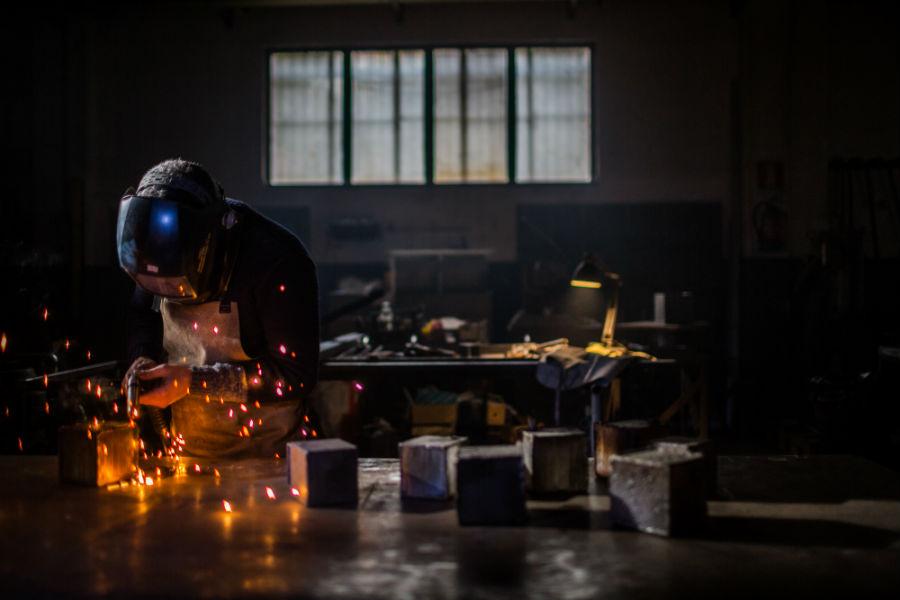 """Il Maestro Bruno di Bam-Design colto durante una fase di lavorazione delle lanterne """"Cubo"""""""