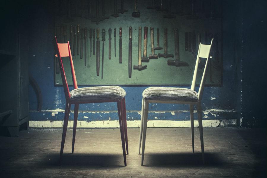 """Le sedie Bam-Design della serie """"Berta"""": le strutture sono in ferro laccato, mentre il cuscino in cotone nero o avorio ricorda la stoffa delle bisacce, utilizzate per portare grandi carichi in sella a un asino."""