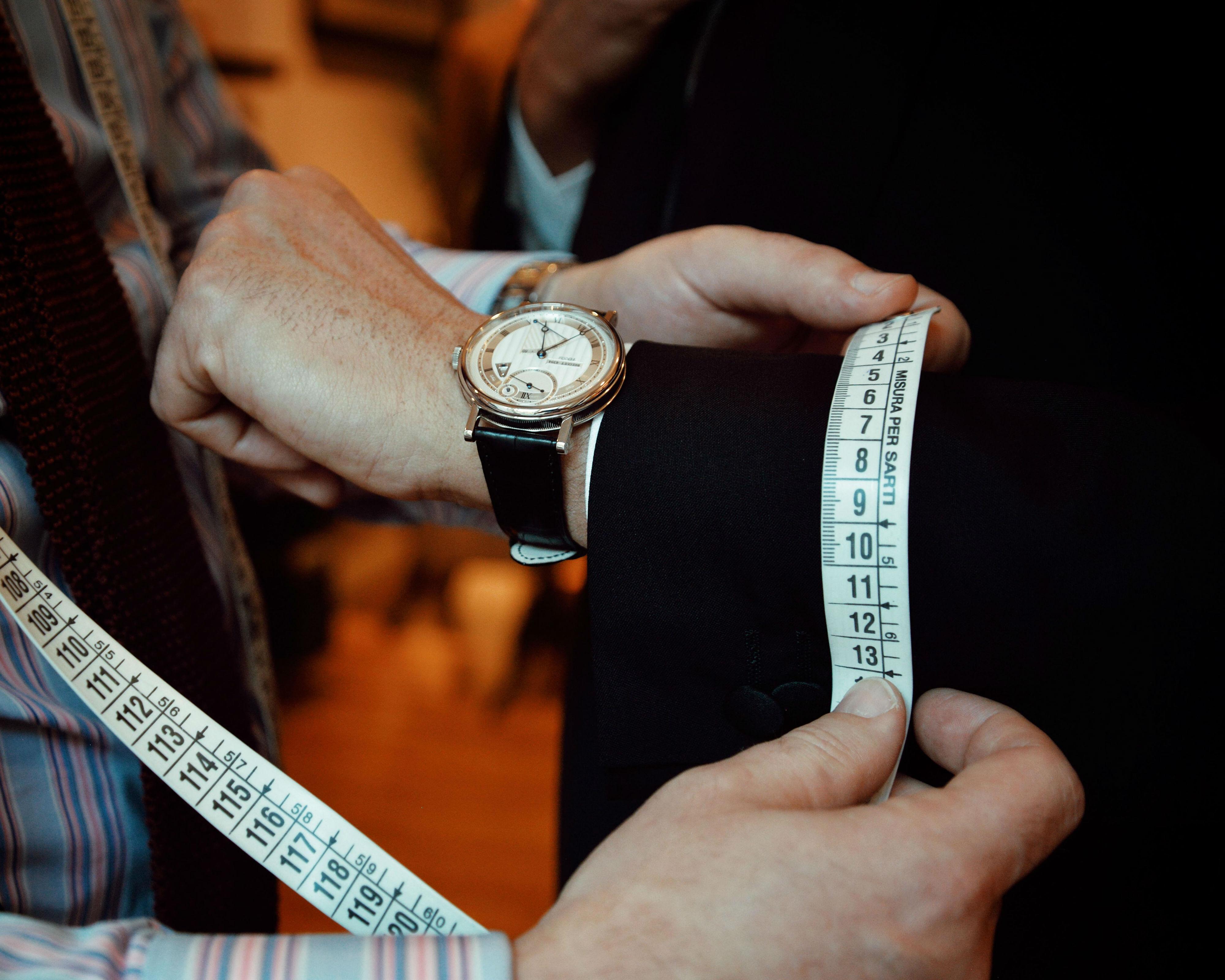 Breguet Classic Tour: Nella foto il segnatempo Breguet Classique Chronométrie 7727 e un completo bespoke realizzato dalla Sartoria Prata & Mastrale di Milano.