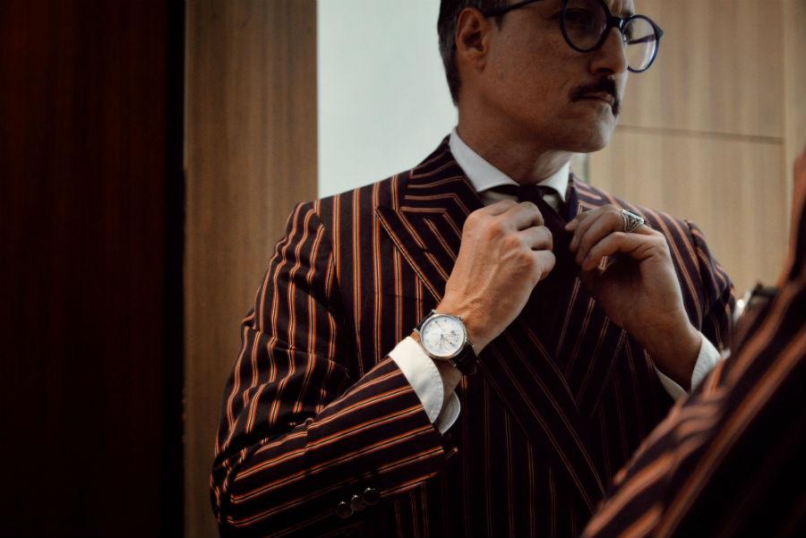 Breguet Classic Tour: Nella foto il modello indossa il segnatempo Breguet e una delle cravatte realizzate a mano dall'atelier Nicky Milano.