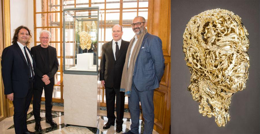 Il Principe Alberto II di Monaco accanto alla scultura realizzata per lui da Damiani in collaborazione con l'artista Barry X Ball