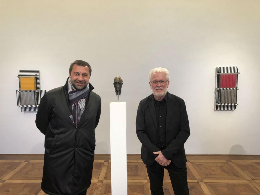 Giorgio Damiani e Bally X Ball posano davanti alla scultura dedicata all'art performer e autore del pluripremiato ciclo di film The Cremaster, Matthew Barney.