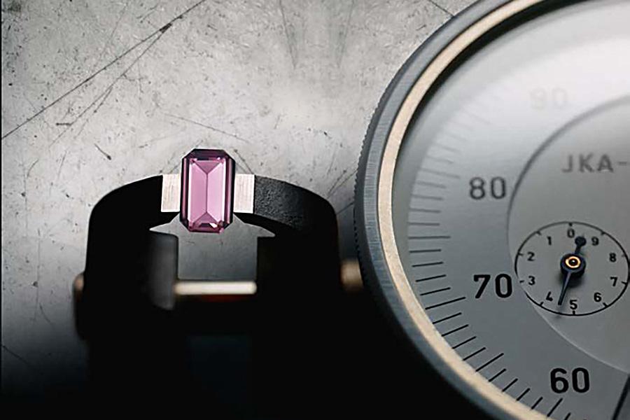 Dolce&Gabbana orologi: Un dettaglio delle pietre incastonate agli indici (3-6-9-12) dei modelli maschili e femminili della collezione DG7 Gems. Accuratamente selezionate per purezza e colore, tagliate e applicate a mano.