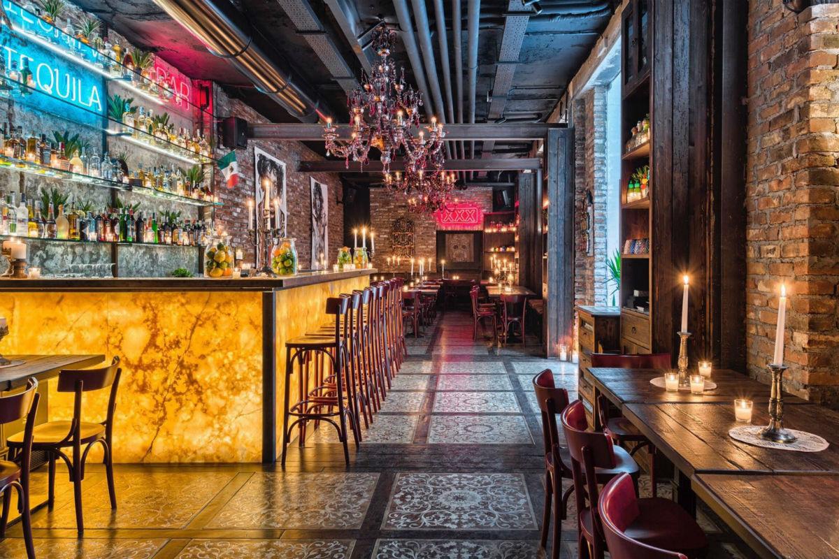 """Il raffinatissimo pavimento in legno intarsiato del ristorante """"Canteen"""" di Milano, con un ricco decoro a pannelli con complicati intrecci di motivi vegetali e volute ornamentali ad opera del Maestro Carlo Apollo."""