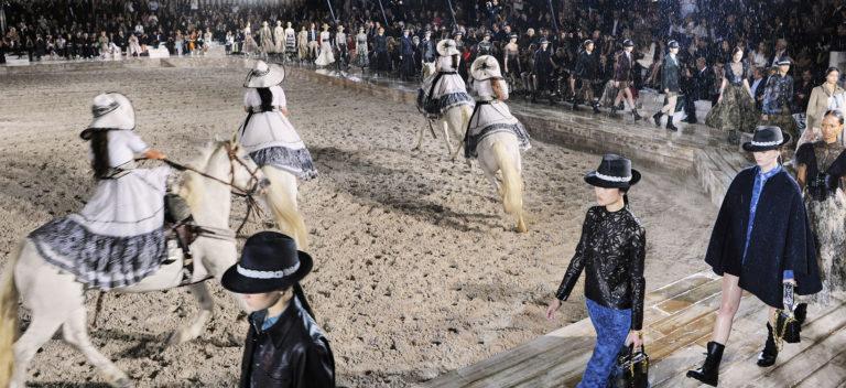 immagine tratta dalla sfilata Dior Cruise 2019 di Maria Grazia Chiuri: modelle a cavallo e in passerella