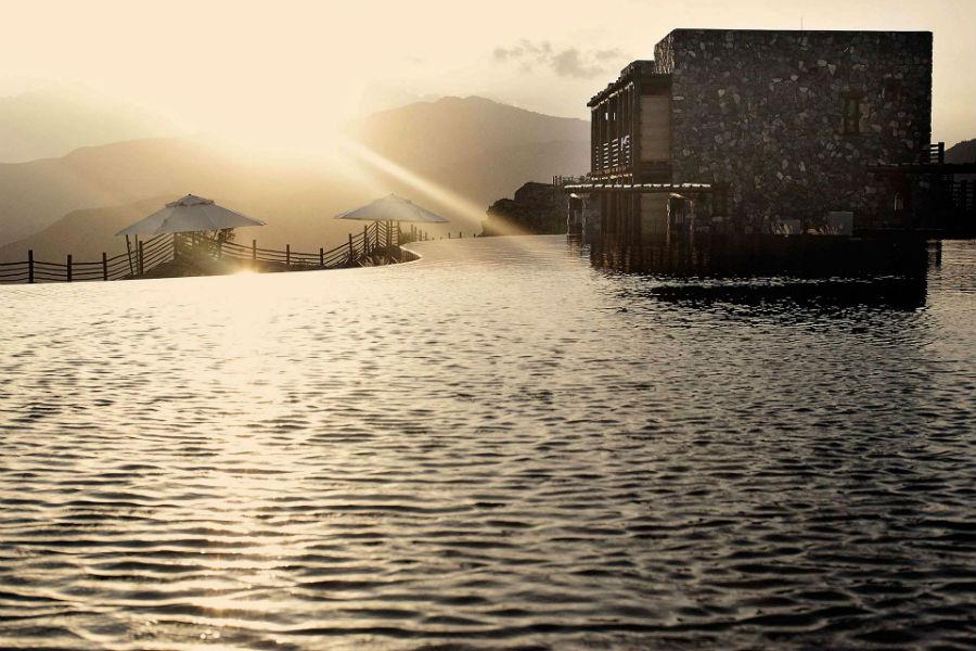 Oman - il luxury resort Alila Jabal Akhdar: piscina esterna al tramonto