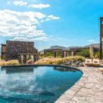 Il riflesso dell'Alila Jabal Akhdar resort tra le vallate rocciose dell'Oman