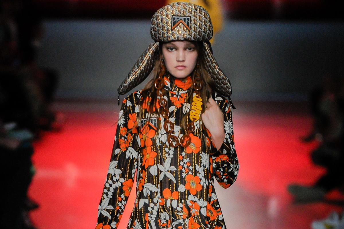 modella sfila con un abito della collezione Prada Resort 2019