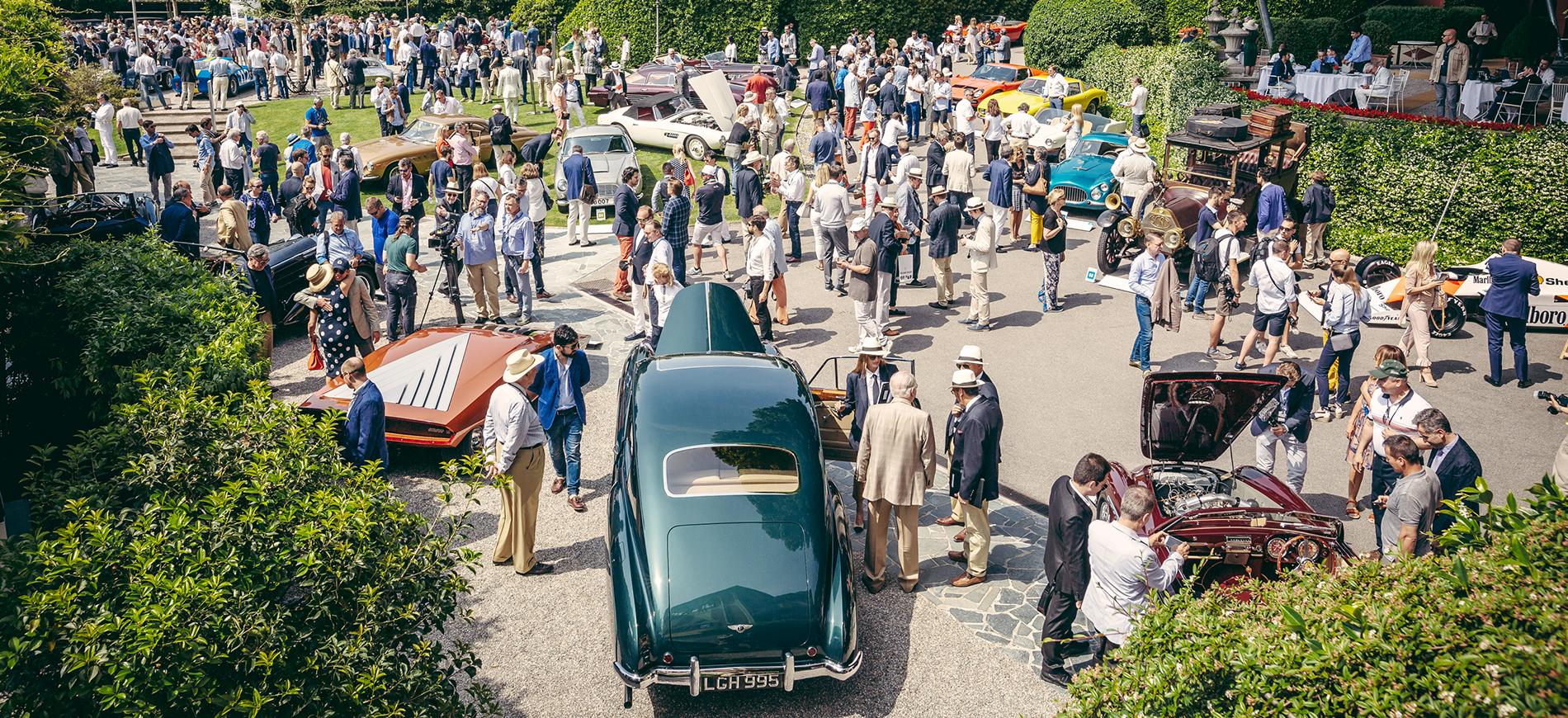 Immagine ripresa dall'alto che mostra auto e appassionati al Concorso d'Eleganza Villa d'Este Cernobbio 2018
