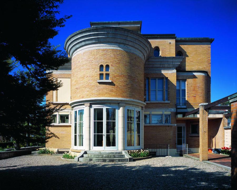 Nell'immagine la facciata principale di Villa Schwob – Soprannominata Villa Turque, progettata e costruita dall'architetto Le Corbusier, è diventata patrimonio della Maison EBEL nel 1986 e sua costante fonte di ispirazione.
