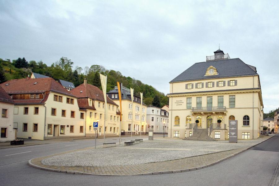 La sede del German Watch Museum Glashütte che dal 1881 fino al 1992 ha ospitato la storica Scuola orologiera tedesca. Una curiosità: l'albo fotografico del 1969 rivela tra i 33 apprendisti ben 13 donne studentesse!