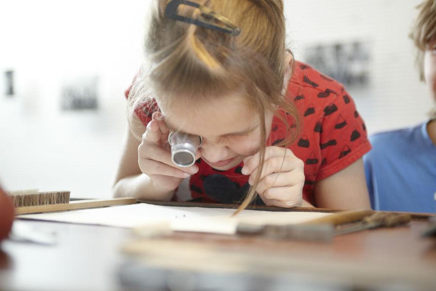Una bambina guarda con attenzione un'illustrazione al German Watch Museum Glashütte – Il Museo si sviluppa in più di 1.000 metri quadrati esponendo la storia dell'orologio Glashütte in ordine cronologico, anche attraverso un moderno approccio multimediale.