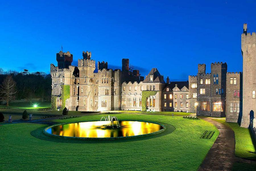 Ashford Castle Hotel in Irlanda: esterno in notturna