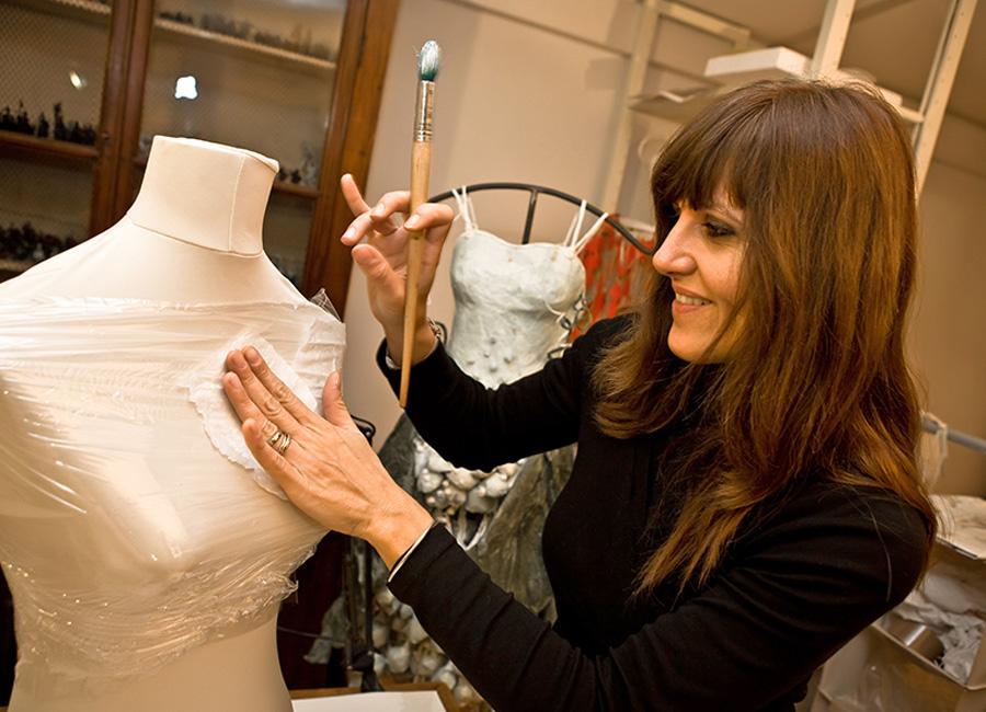 Caterina Crepax con un suo abito scultura in carta