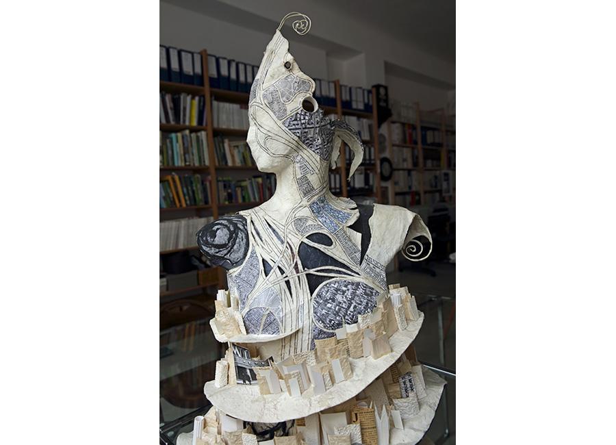 Un abito scultura in carta di Caterina Crepax