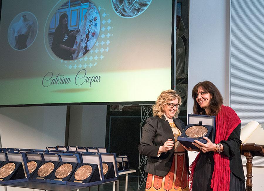 Un rappresentante della Fondazione Cologni dei Maestri d'Arte conferisce a Caterina Crepax il prestigioso riconoscimento MAM - Maestro d'Arte e Mestiere – per la sezione carta. Foto © Peter Elovich