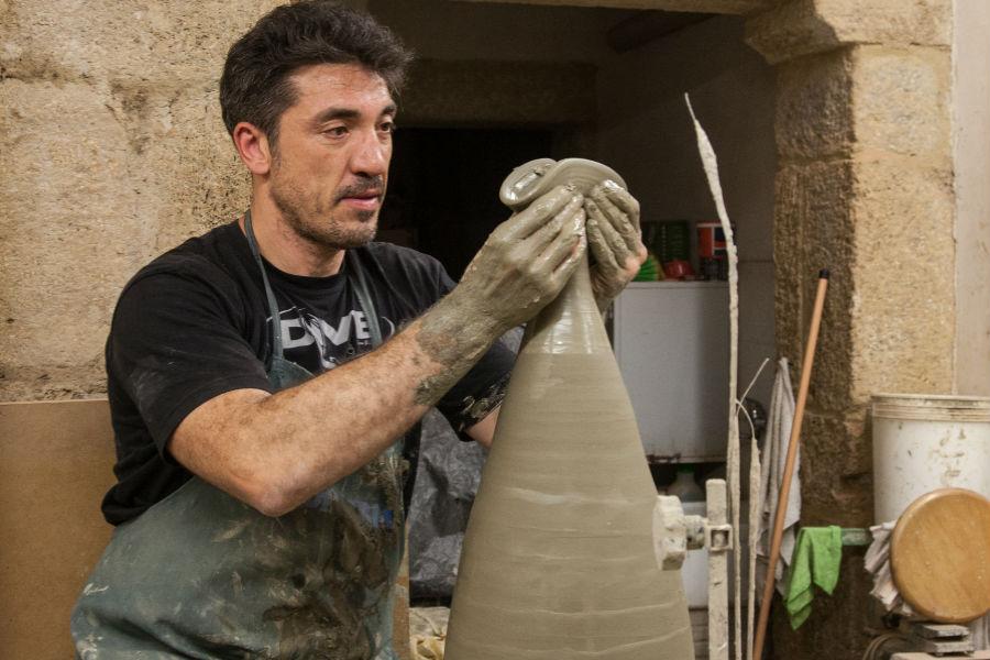Nicolò Morales tornisce con maestria un nuovo vaso. Il lavoro che sta dietro alla creazione di un singolo oggetto è lungo e minuzioso, dalla preparazione dell'argilla alla manipolazione al tornio. Photo credit: Morales Ceramiche di Caltagirone