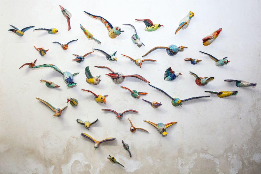 """Gli uccelli nella foto sono stati esposti nella importante mostra personale """"Armonia Mediterranea"""" che il Museo diocesano di Caltagirone ha dedicato all'artista tra il 2017 e il 2018. """"La parte mancante è idealmente dentro la superficie"""" – spiega Morales – """"perché in questa società tutti vogliamo emergere e, al tempo stesso, tutti sentiamo il bisogno di scappare in un universo che il più delle volte non è il nostro"""". Photo credit: Morales Ceramiche di Caltagirone"""