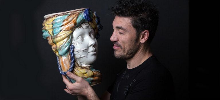 Ceramiche di Caltagirone: Nicolò Morales ritratto con un suo vaso
