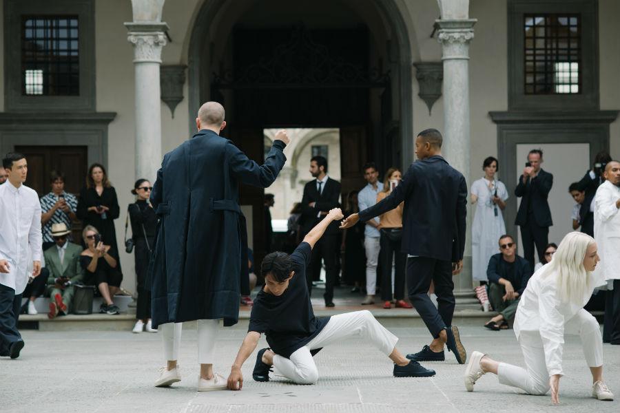Ballerini danzano sulla coreografia di Wayne McGregor all'interno del cortile dell'Istituto degli Innocenti di Firenze durante la 94° edizione di Pitti Immagine Uomo, indossando abiti della capsule collection Soma di Cos abbigliamento.