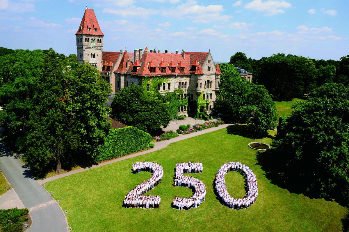 Faber-Castell: persone in posa davanti alla sede del brand compongono la scritta 250 per festeggiare l'anniversario dell'azienda