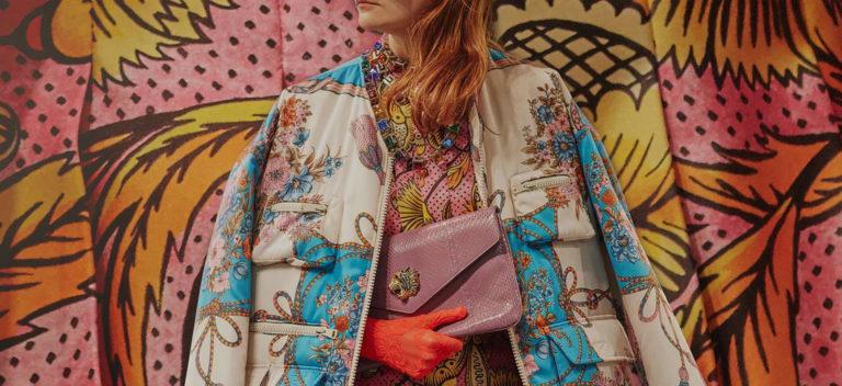 Gucci Cruise 2019 - dettaglio cappotto, borsa e guanti