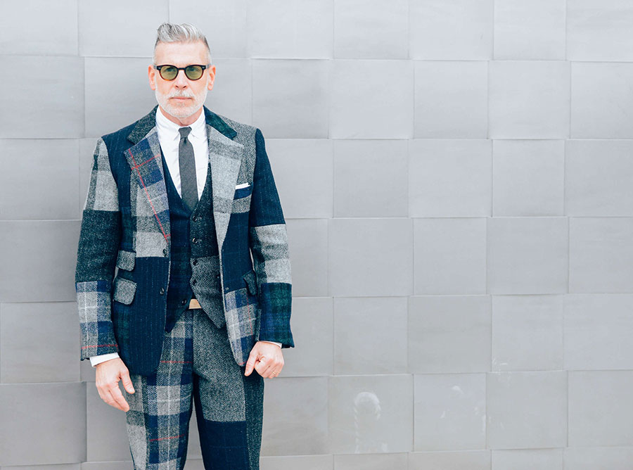 Nick Wooster con completo fantasia