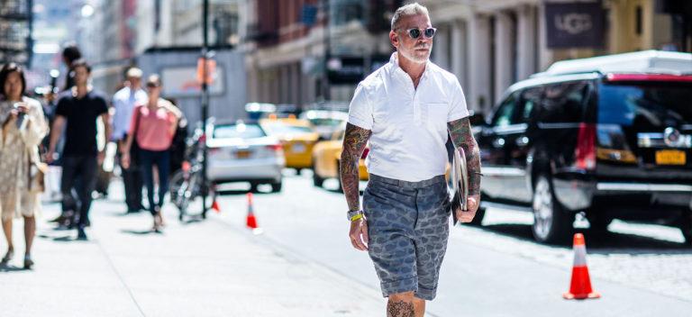Nick Wooster a passeggio per le strade in berduda e camicia