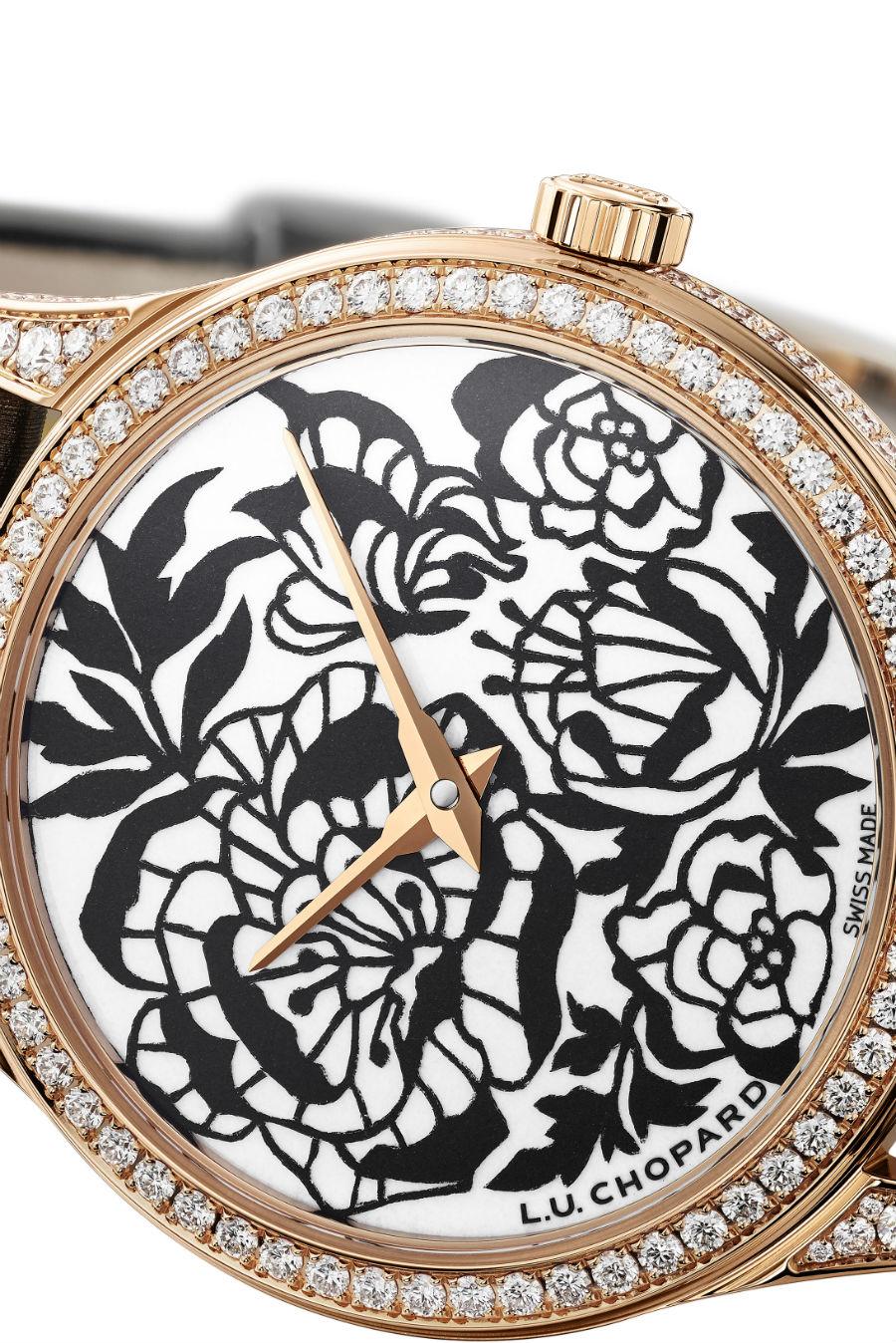 Un dettaglio del quadrante dell'orologio Chopard L.U.C. XP Esprit de Fleurier realizzato con la tecnica del découpage. Base di partenza, un foglio di carta nero, intagliato e poi sovrapposto a una base in smalto Grand Feu bianco.