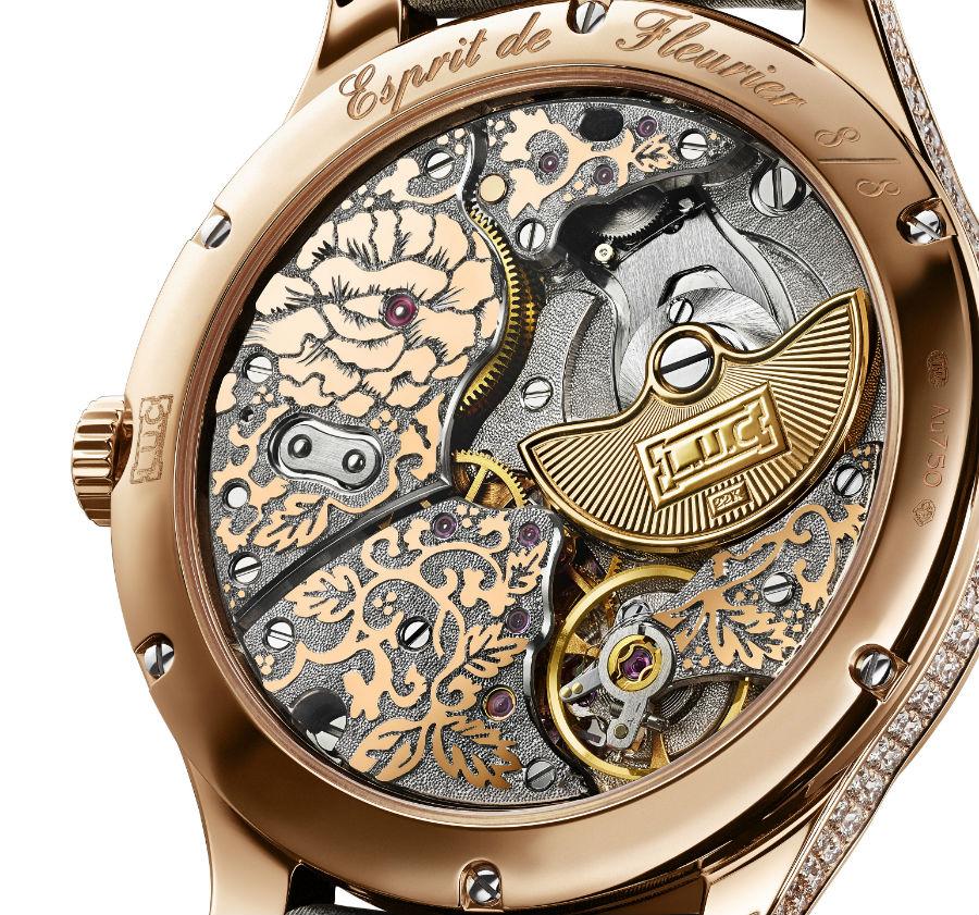 Il Calibro dell'orologio Chopard L.U.C 96.23-L visto dal lato del fondello. È in oro rosa, rodiato dopo essere stato inciso con la tecnica fleurisanne.