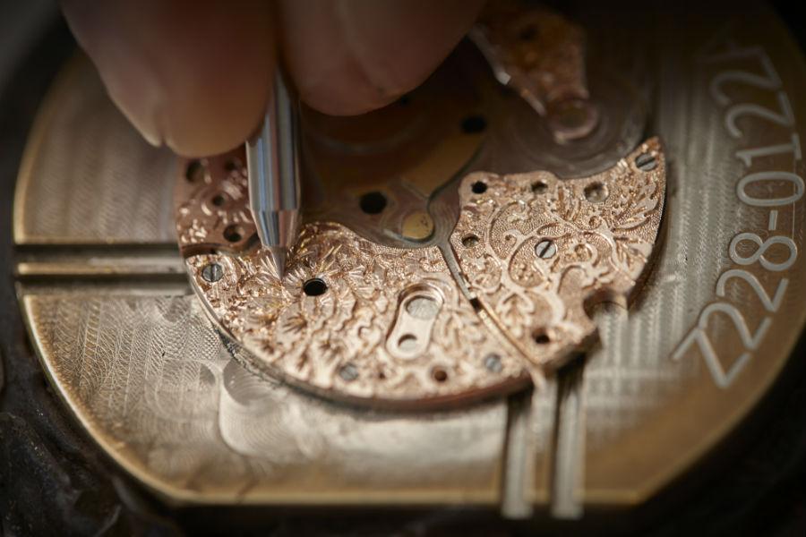 Una fase del processo di incisione del movimento dell'orologio Chopard L.U.C. XP Esprit de Fleurier Peony, lavorazione che richiede due settimane di lavoro manuale.