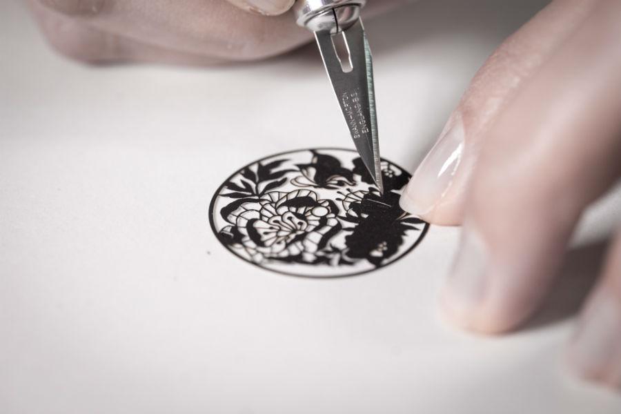 L'elemento caratterizzante del nuovo orologio Chopard L.U.C XP Esprit de Fleurier Peony. Il quadrante, in carta, realizzato mediante la tecnica del découpage.